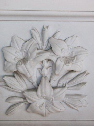 Rappresentazione floreale in altorilievo su marmo