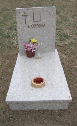 Copritomba in granito Kashmire White con finiture in bronzo