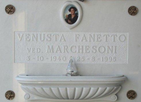 Lapide con vasca e cornice per fotoceramica in marmo, borchie in bronzo, epigrafe scavata sulla lastra.