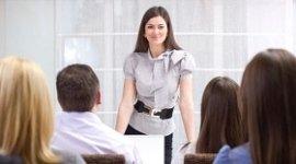 esperta contabile che spiega, dipendenti che ascoltano, sala riunioni