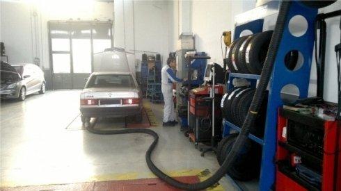 Test dei gas di scarico durante una revisione.