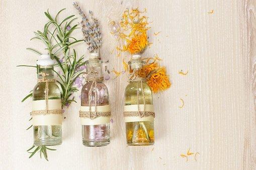Fiori selvatici, bottiglie di olio e bottiglie di olio con fiori