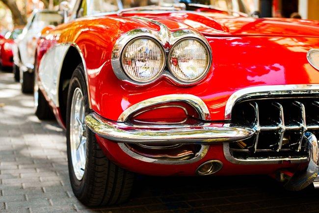 Vista frontale di un'auto d'epoca rossa