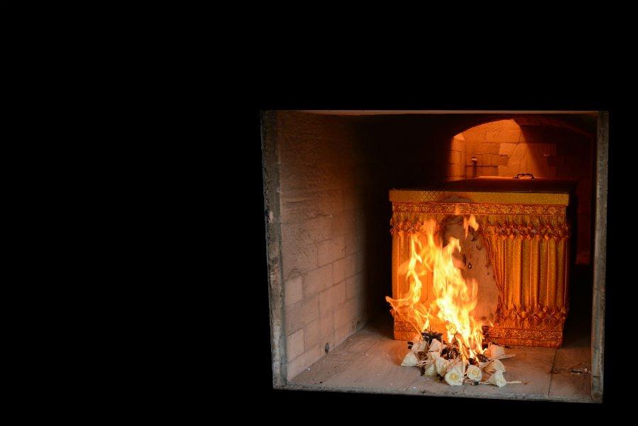 una cassa in un forno crematorio