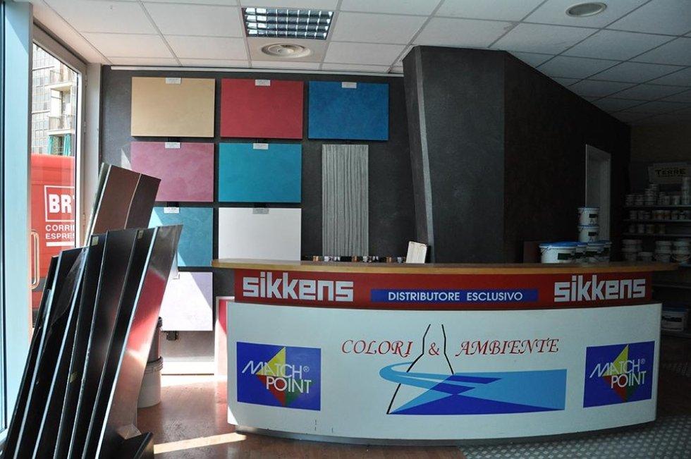 bancone del negozio COLORI&AMBIENTE con insegna SIKKENS