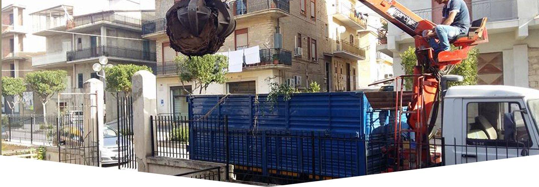 Caricamento dei rifiuti per il trasporto a Raffadali