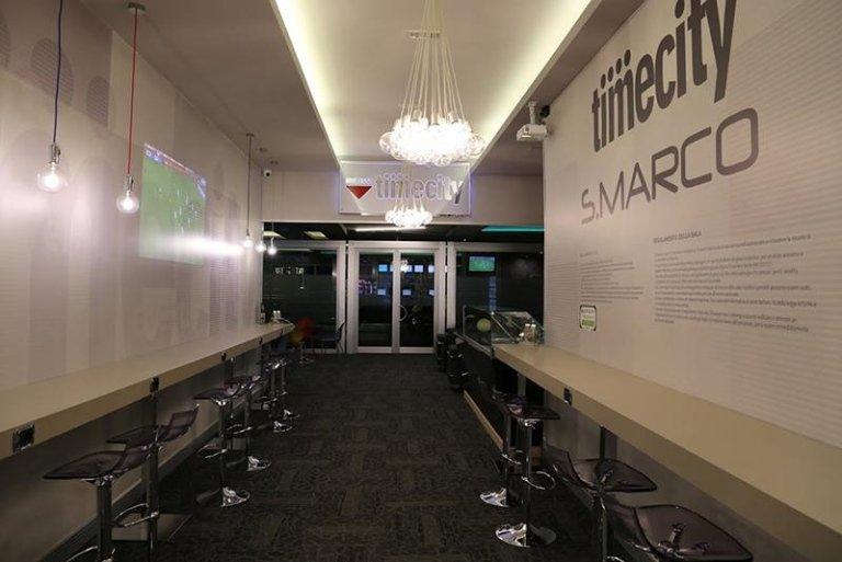 Sala bar con televisione
