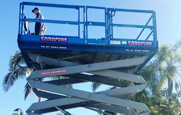 Man reaches the top easily using scissor lift hire in Gold Coast, Ballina, and more