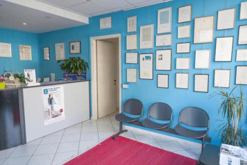 Sala di attesa del centro fisioterapico.