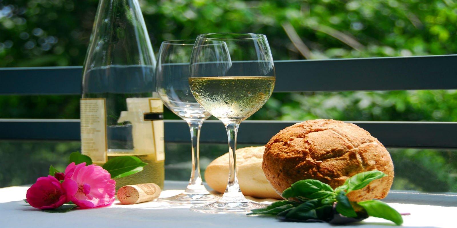 Pane, formaggio, vino bianco e fiori