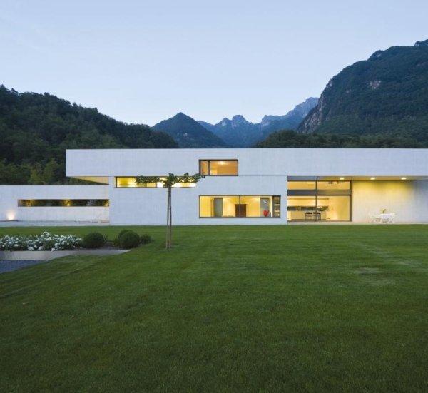 vista esterna di una casa moderna con grande giardino