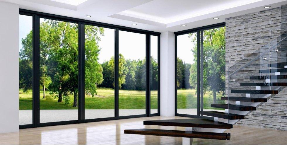 scala interna in legno, vetrate , parete in pietra e pavimento in legno di una casa