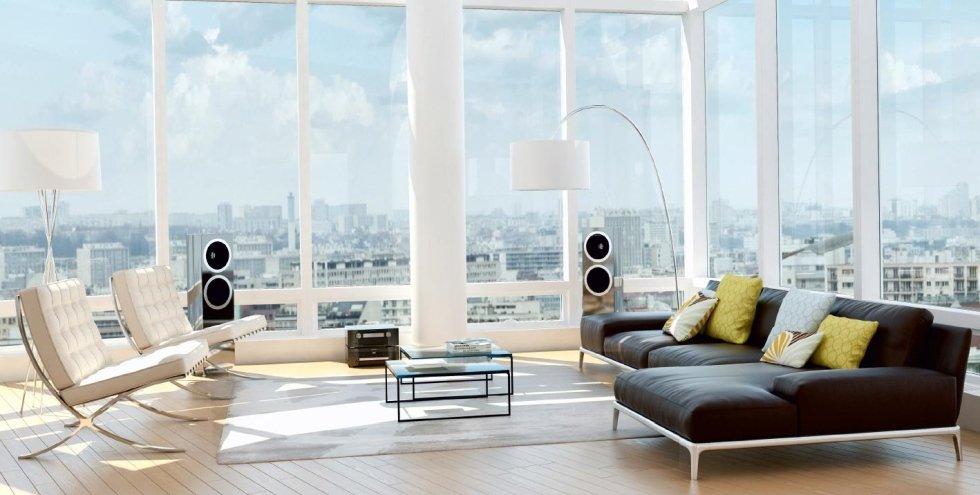 panoramica di un soggiorno moderno con divano da letto, tavoli in vetro, sedie e vetrate
