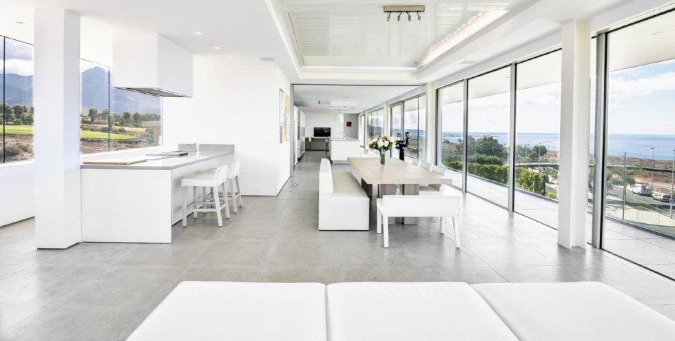 vista di bianco sala da pranzo con serramenti al cristal e arredamenti