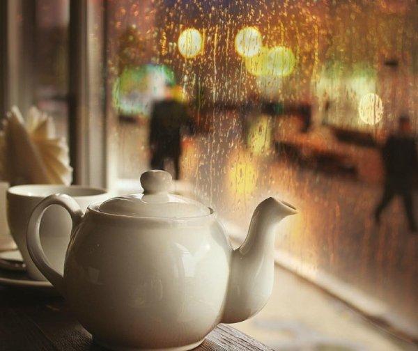 bollitore e tazza di tè sul tavolo in legno