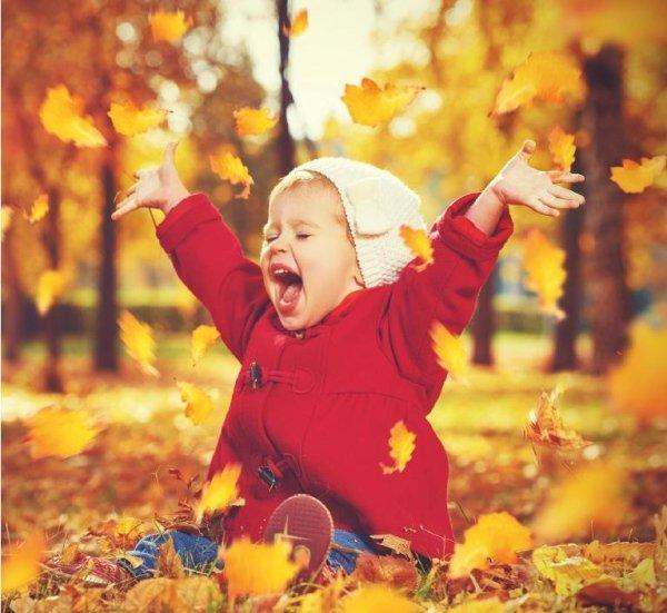 bambina divertente vestita rosso cappotto caldo e cappello bianco