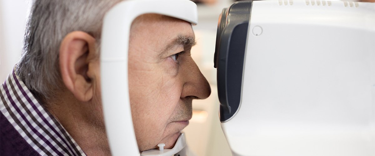 Man gets an assessment for macular degeneration in Melbourne