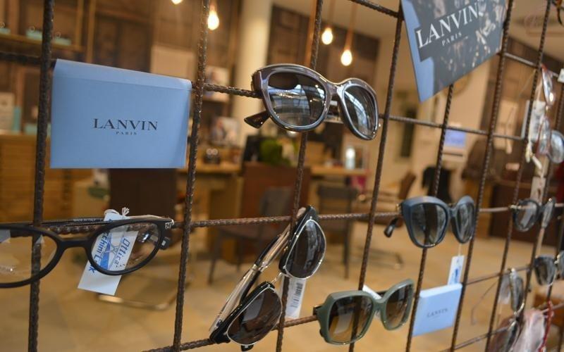 occhiali esposti su rete metallica