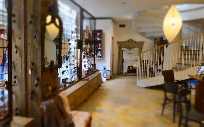 interno di un negozio con occhiali in esposizione