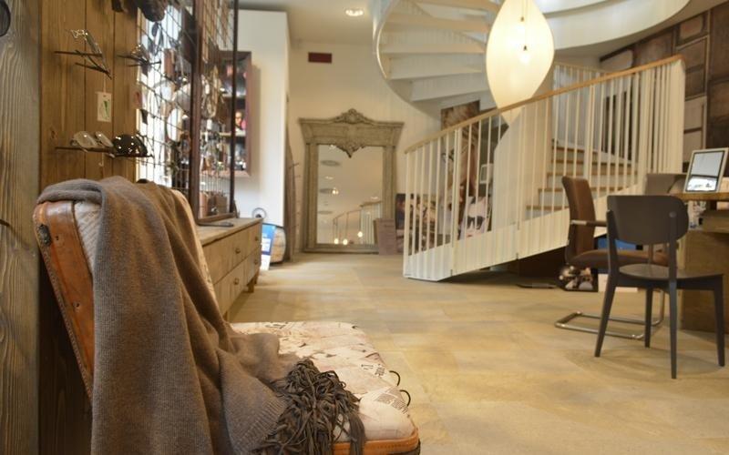 negozio di occhiali da vista  con scale a chiocciola