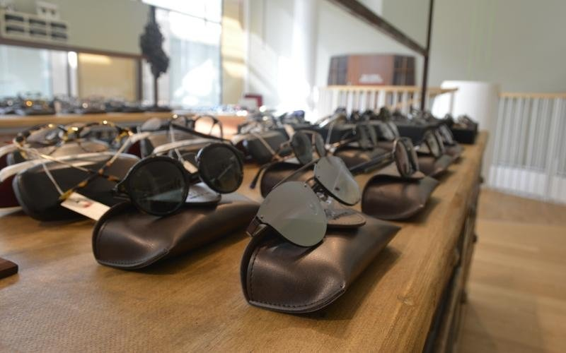 banconi con occhiali da sole in esposizione