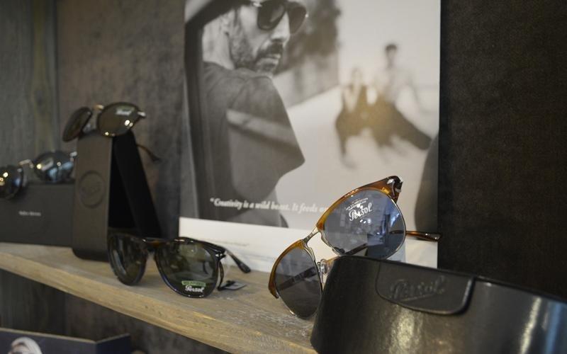 occhiali da sole con astucci