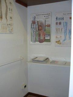 pareti con dépliant su articoli sanitari