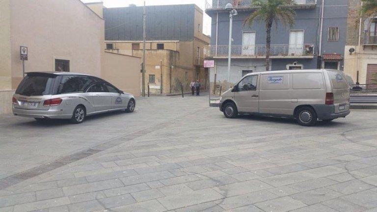 un'auto e un furgoncino