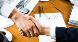 stretta di mano tra notaio e cliente