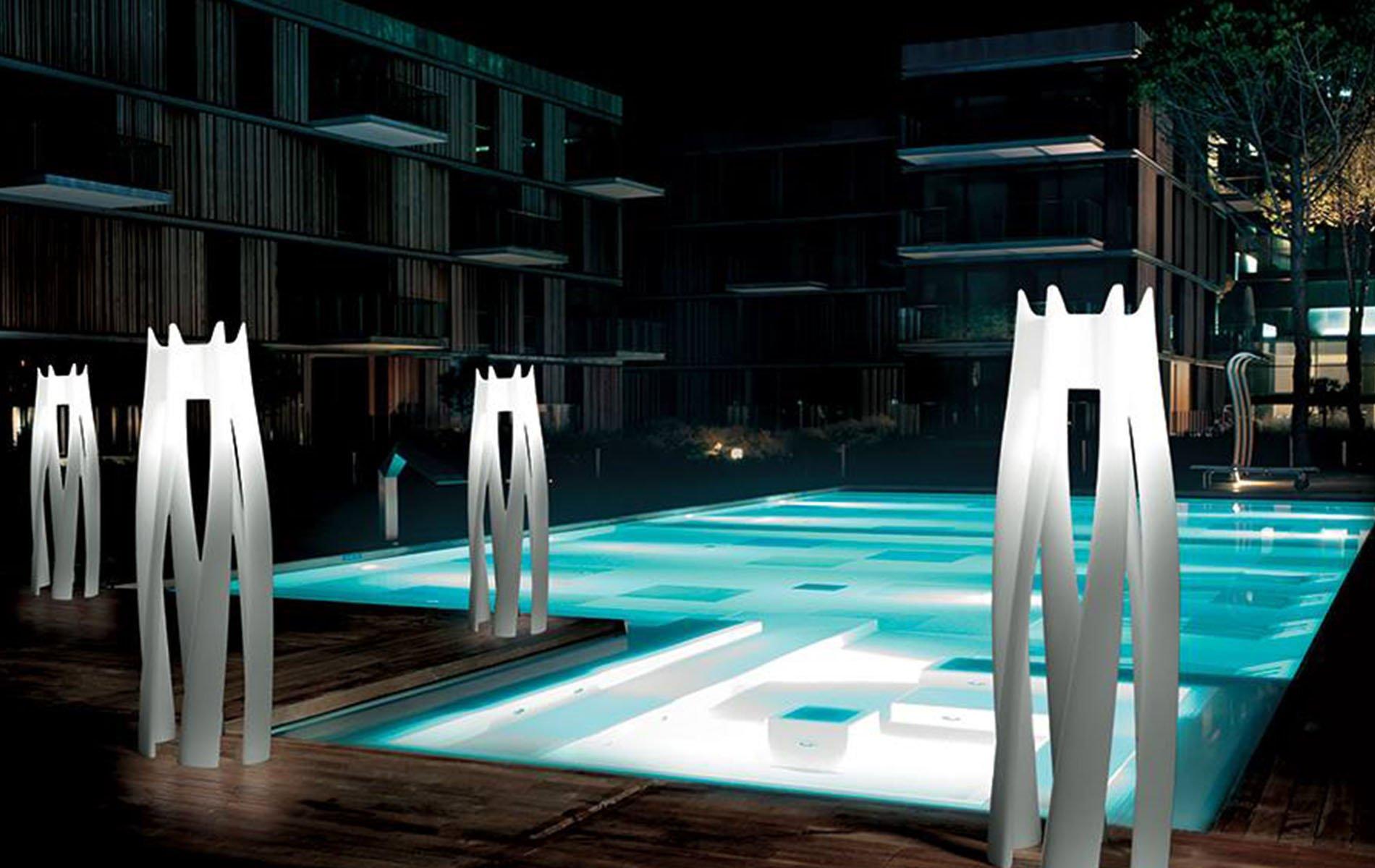 una piscina con luci a piantana di design