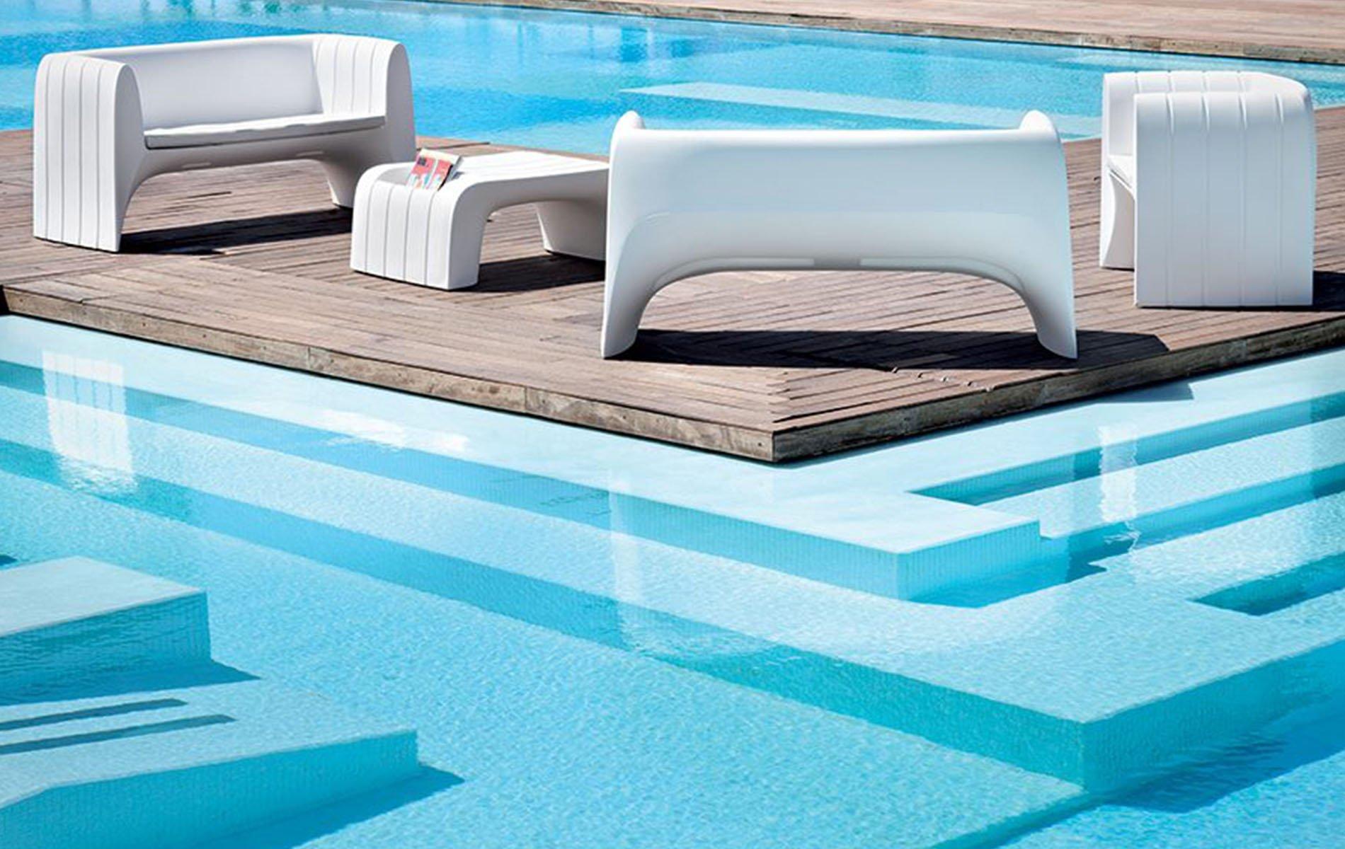 divanetti e tavolino a bordo piscina