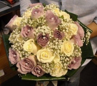 bouquet di rose viola e crema
