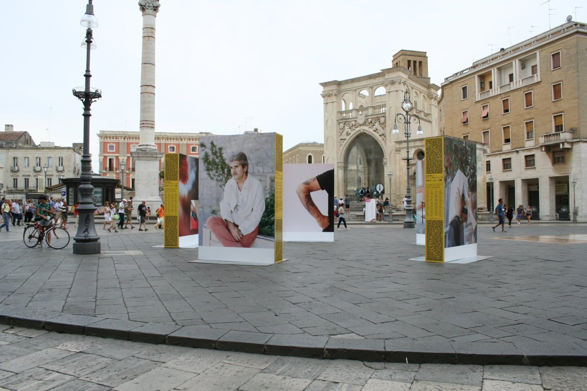 Piazza con manifesti pubblicitari