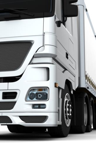 Parte anteriore sinistra di un camion di trasporto bianco
