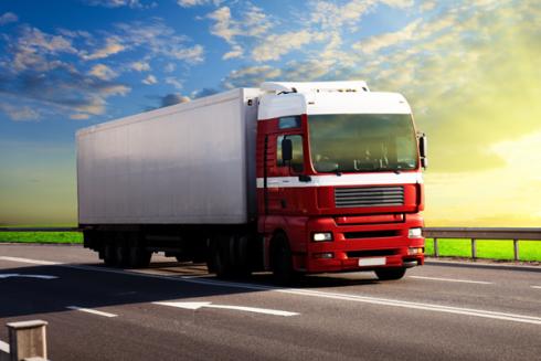 Camion di trasporto per lunghe distanze con abitacolo rosso