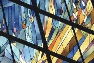 una vetrata multicolore