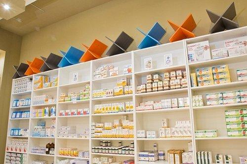 scaffale con medicine