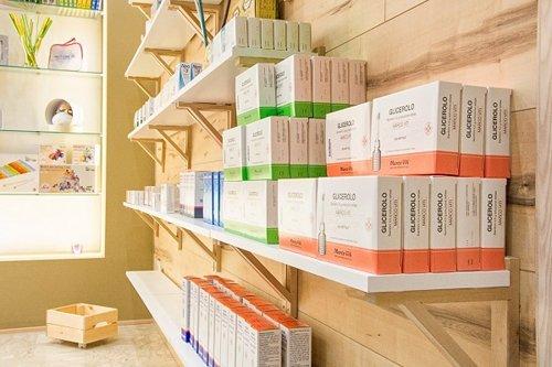 vista laterale di uno scaffale con medicine