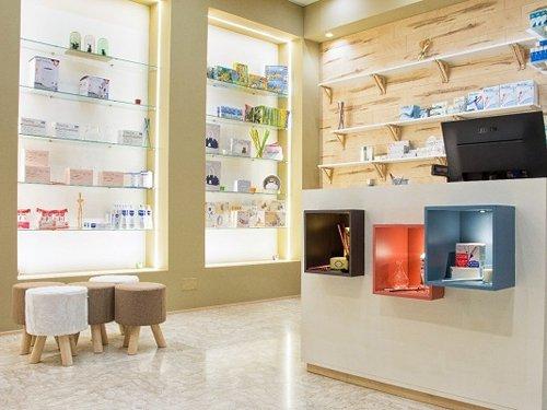 prodotti farmacia con vista bancone cassa