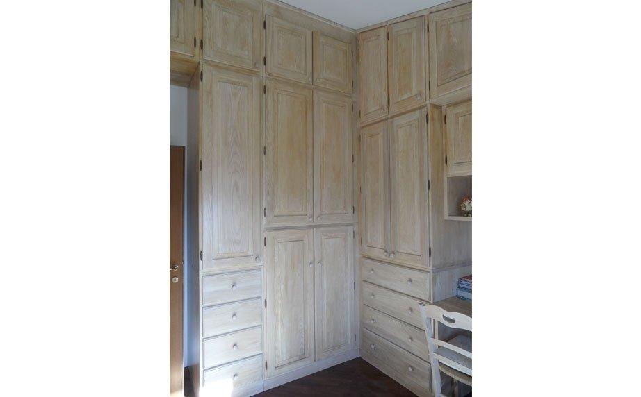 Mobile in legno chiaro