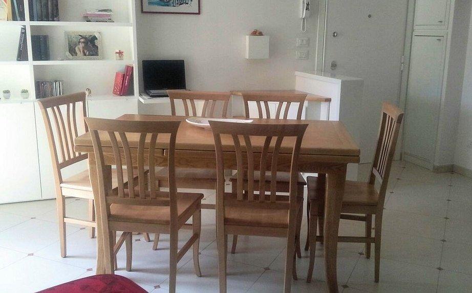 Tavolo con sedie in frassino