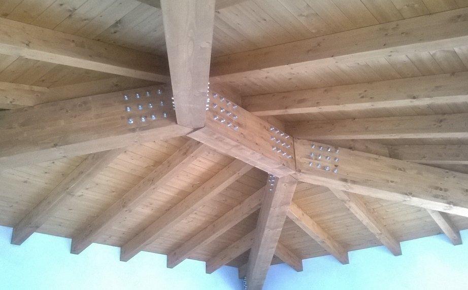 Tetto in legno chiaro