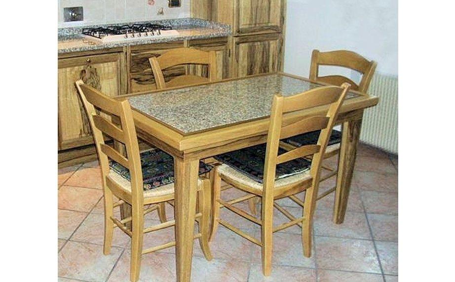Tavolo con piano in granito