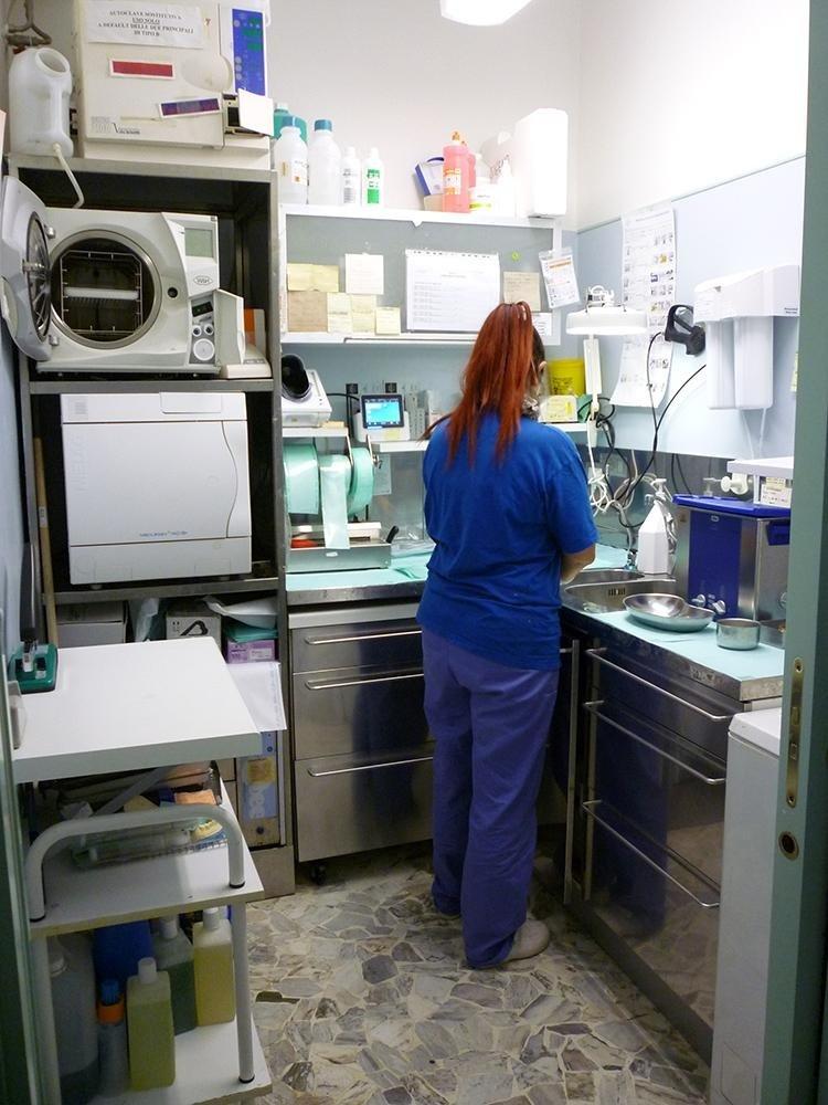 operatrice in sala sterilizzazione