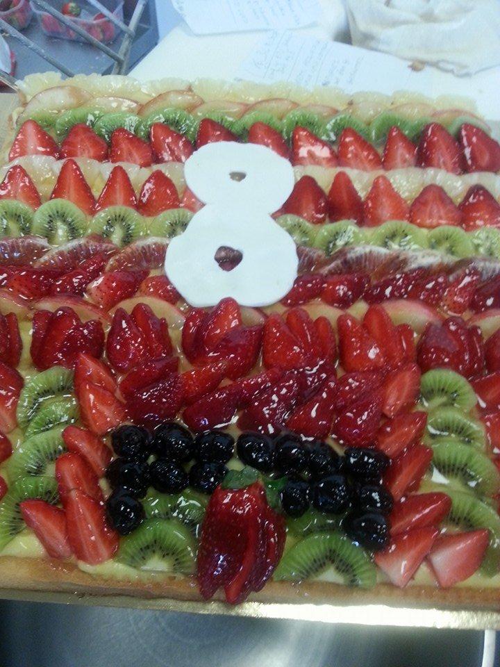 Torta di frutta con kiwi, fragole, arancione, ananassi e mirtilli