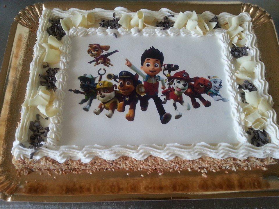 Divertente torta di compleanno con eroi infantili