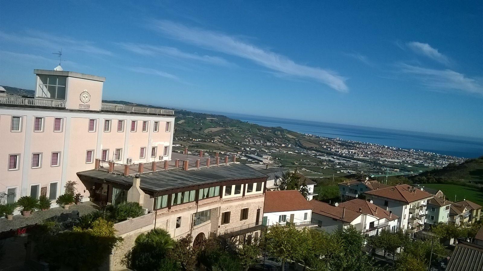 vista dall'alto di una vallata con mare alla fine