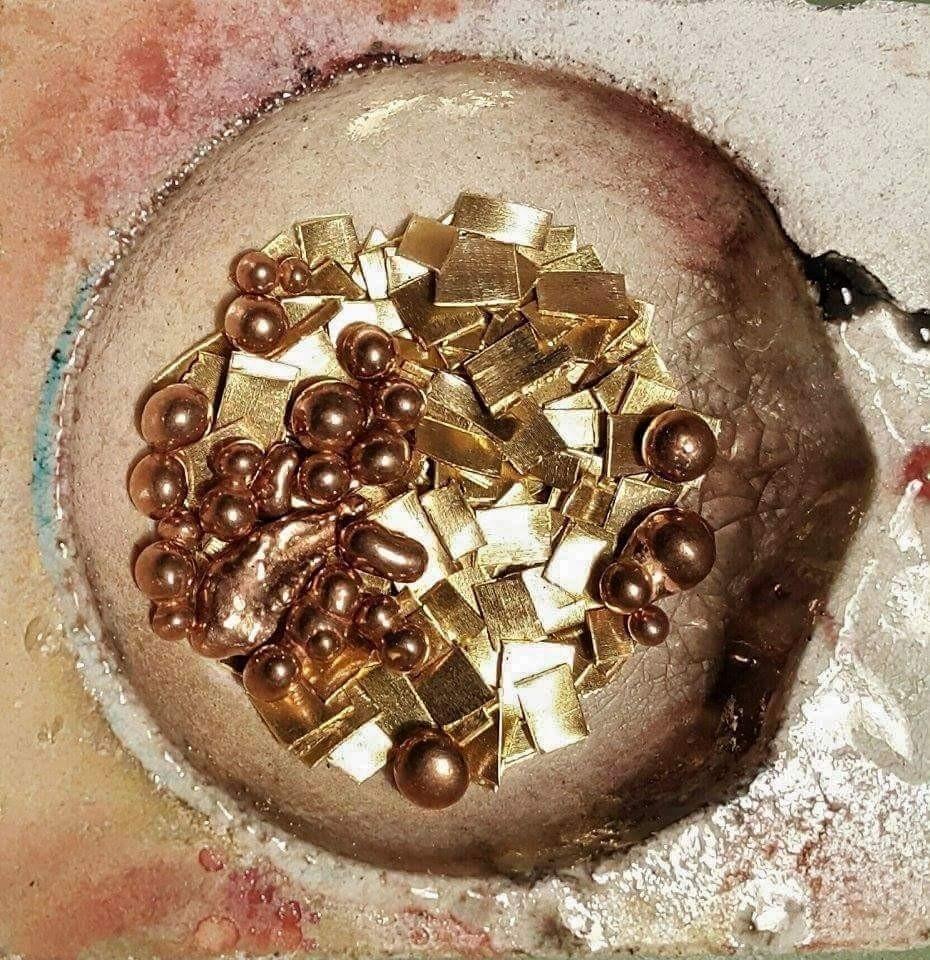 Crogiolo con oro e lega per oro rosso