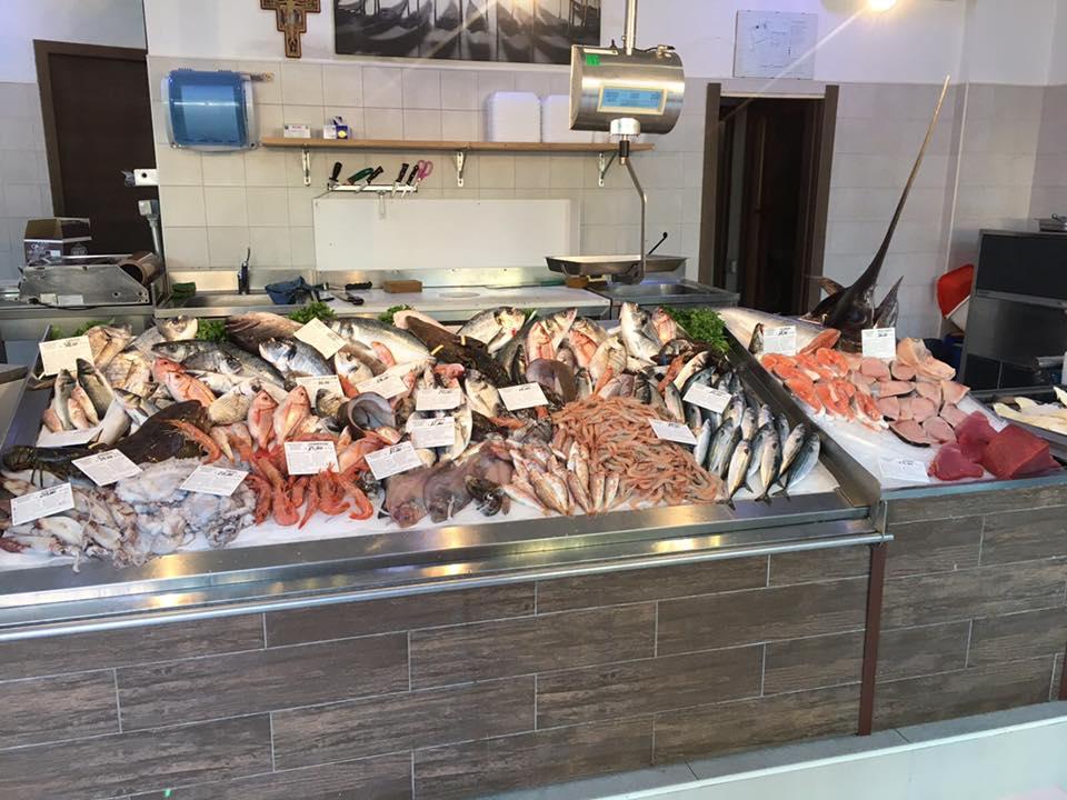 vista frontale del pesce fresco esposto