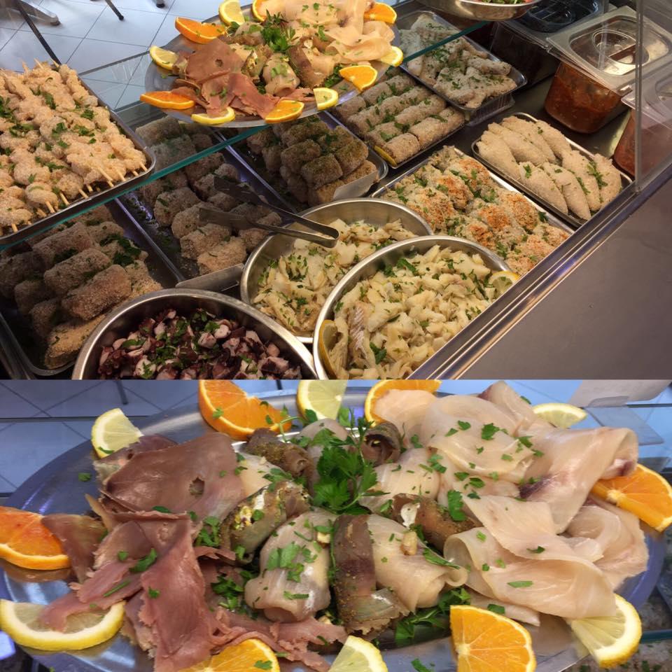 due foto una sopra l'altra raffiguranti una delle specialità di pesce panato e sotto un piatto di carpaccio di pesce con fette di arancia e limone